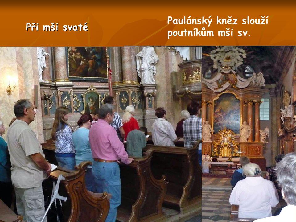 Procesí se již blíží ke kostelu