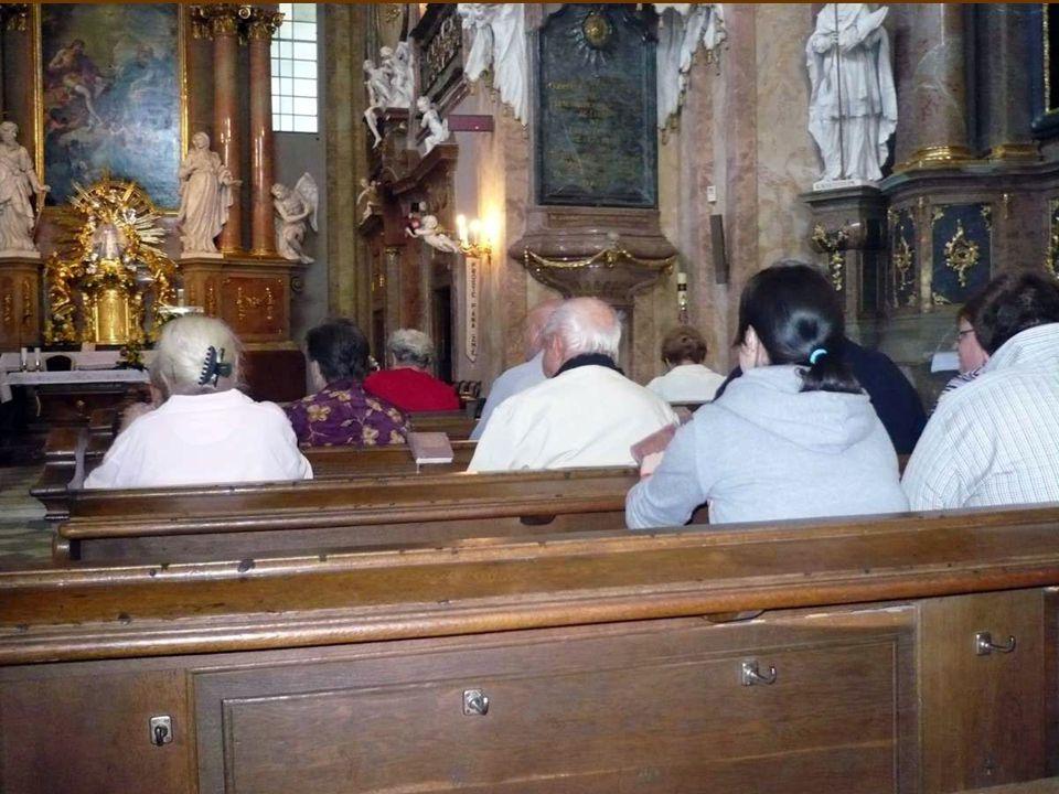 Paulánský kněz slouží poutníkům mši sv. Při mši svaté