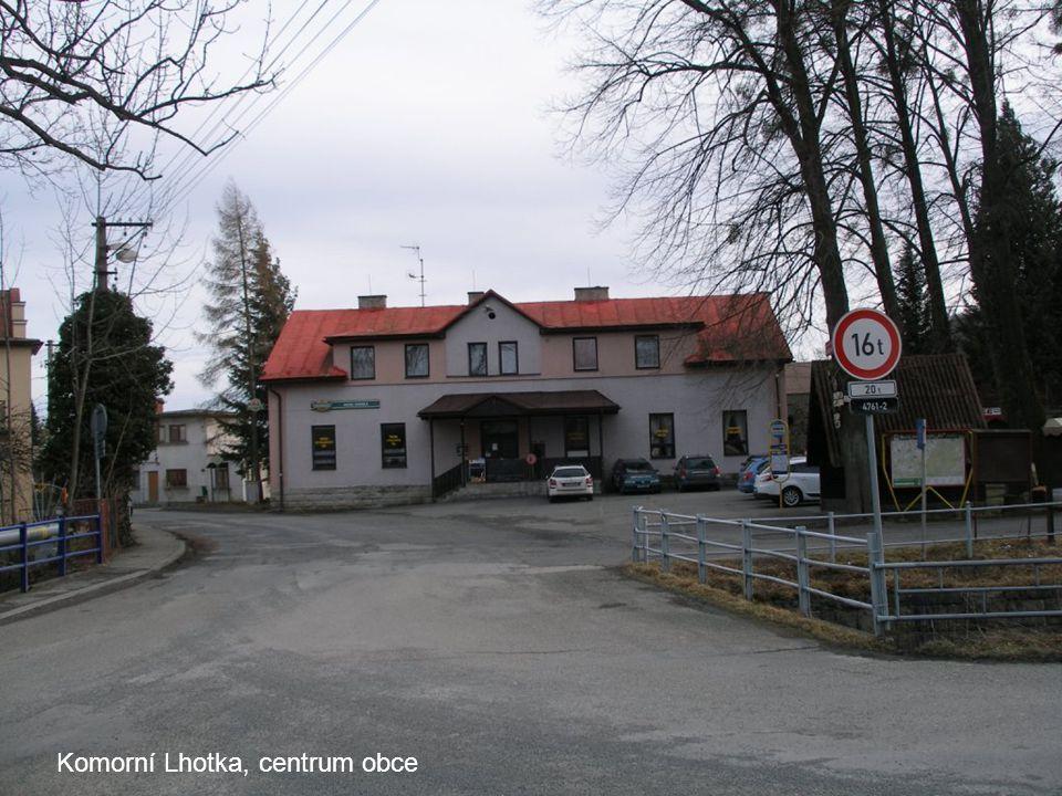 Komorní Lhotka, centrum obce