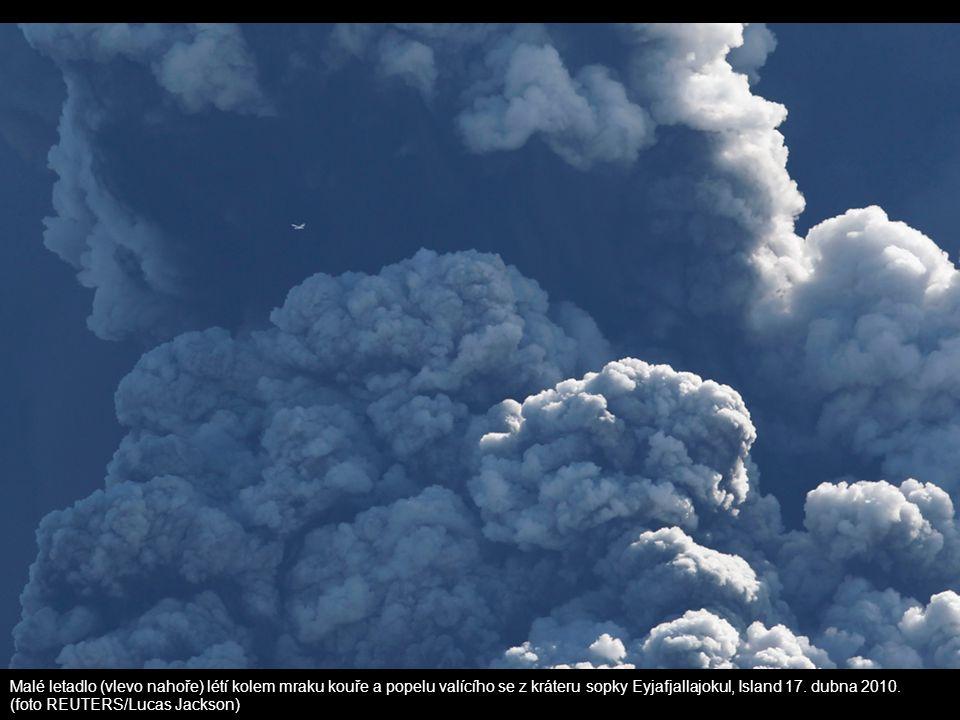 Malé letadlo (vlevo nahoře) létí kolem mraku kouře a popelu valícího se z kráteru sopky Eyjafjallajokul, Island 17. dubna 2010. (foto REUTERS/Lucas Ja