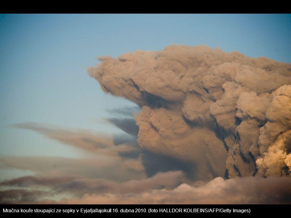 Mračna kouře stoupající ze sopky v Eyjafjallajokull 16. dubna 2010. (foto HALLDOR KOLBEINS/AFP/Getty Images)