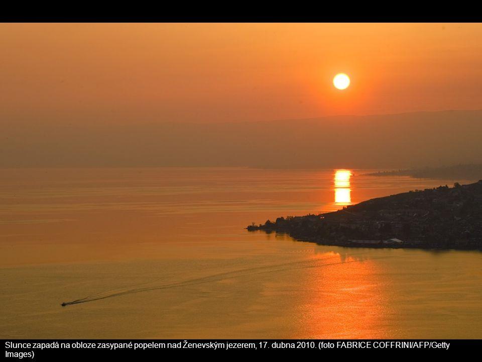 Slunce zapadá na obloze zasypané popelem nad Ženevským jezerem, 17. dubna 2010. (foto FABRICE COFFRINI/AFP/Getty Images)