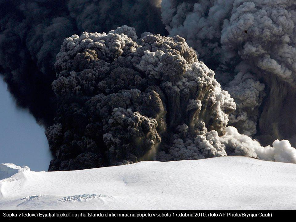 Sopka v ledovci Eyjafjallajokull na jihu Islandu chrlící mračna popelu v sobotu 17.dubna 2010. (foto AP Photo/Brynjar Gauti)