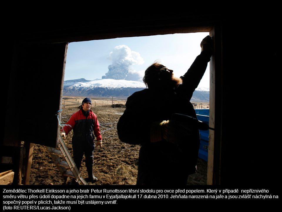 Zemědělec Thorkell Eiriksson a jeho bratr Petur Runottsson těsní stodolu pro ovce před popelem. Který v případě nepříznivého směru větru přes údolí do