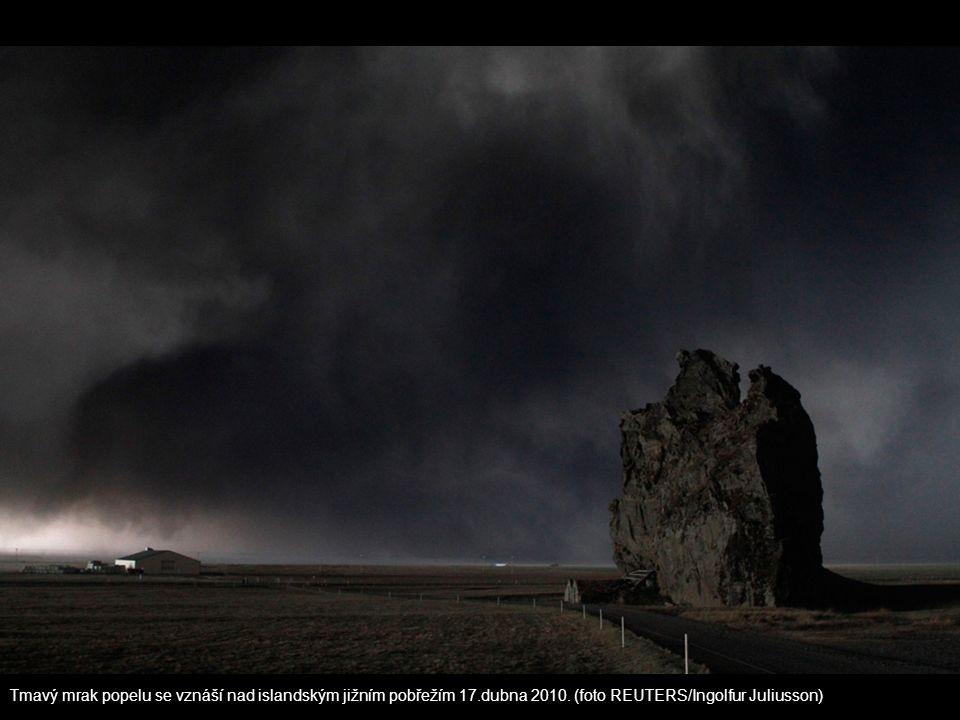 Tmavý mrak popelu se vznáší nad islandským jižním pobřežím 17.dubna 2010. (foto REUTERS/Ingolfur Juliusson)