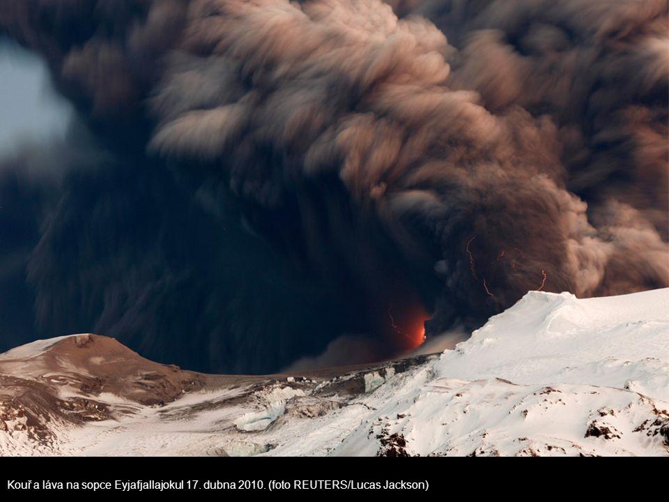 Kouř a láva na sopce Eyjafjallajokul 17. dubna 2010. (foto REUTERS/Lucas Jackson)
