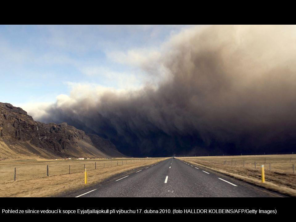 Pohled ze silnice vedoucí k sopce Eyjafjallajokull při výbuchu 17. dubna 2010. (foto HALLDOR KOLBEINS/AFP/Getty Images)