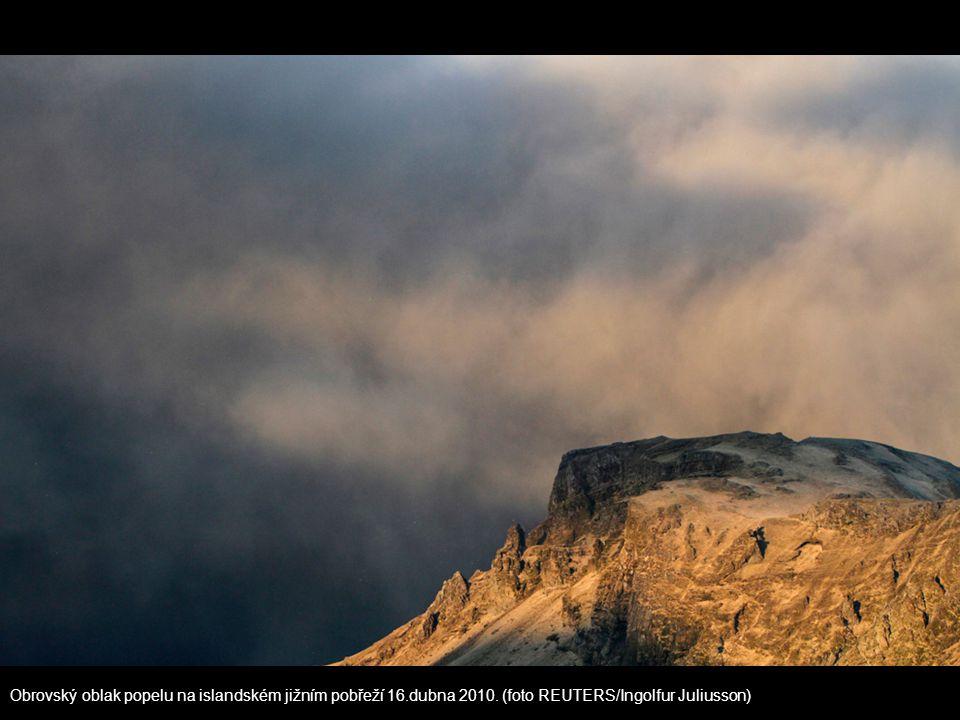Obrovský oblak popelu na islandském jižním pobřeží 16.dubna 2010. (foto REUTERS/Ingolfur Juliusson)