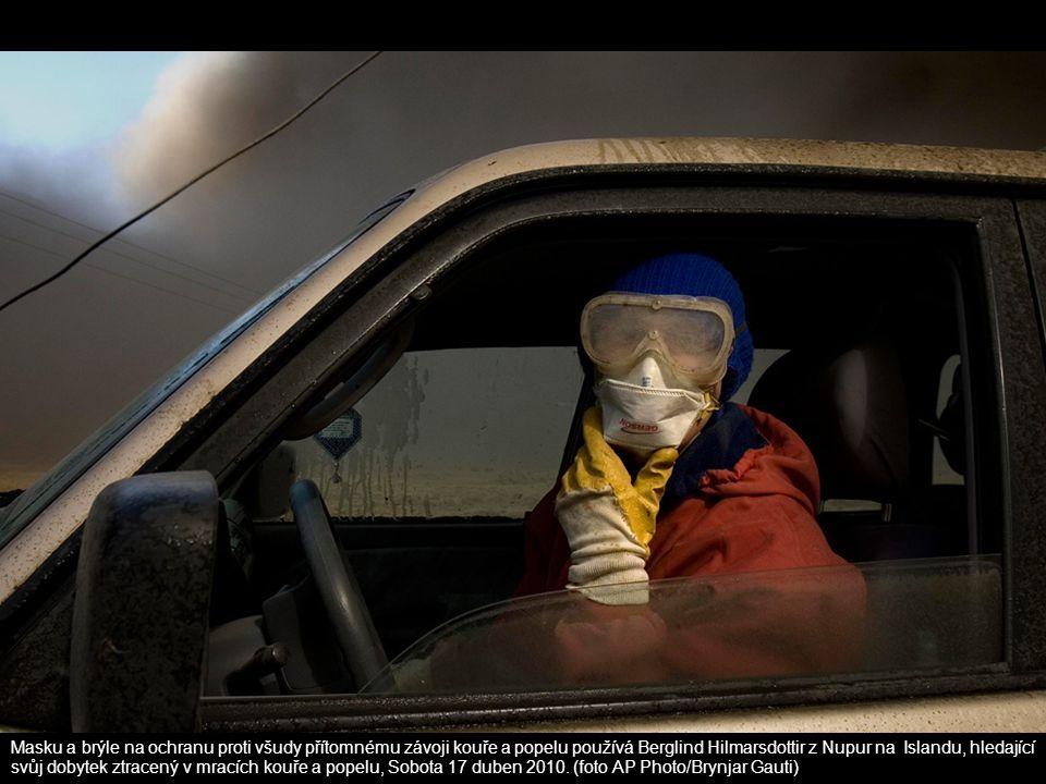 Masku a brýle na ochranu proti všudy přítomnému závoji kouře a popelu používá Berglind Hilmarsdottir z Nupur na Islandu, hledající svůj dobytek ztrace