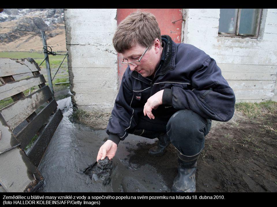 Zemědělec u blátivé masy vzniklé z vody a sopečného popelu na svém pozemku na Islandu 18. dubna 2010. (foto HALLDOR KOLBEINS/AFP/Getty Images)
