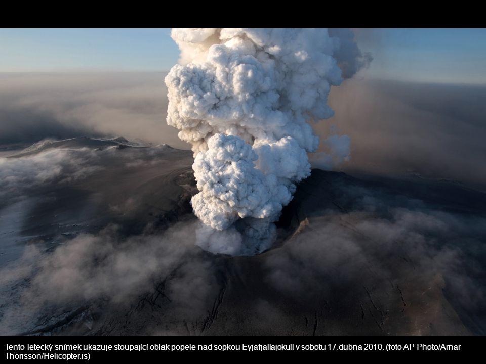 Tento letecký snímek ukazuje stoupající oblak popele nad sopkou Eyjafjallajokull v sobotu 17.dubna 2010. (foto AP Photo/Arnar Thorisson/Helicopter.is)