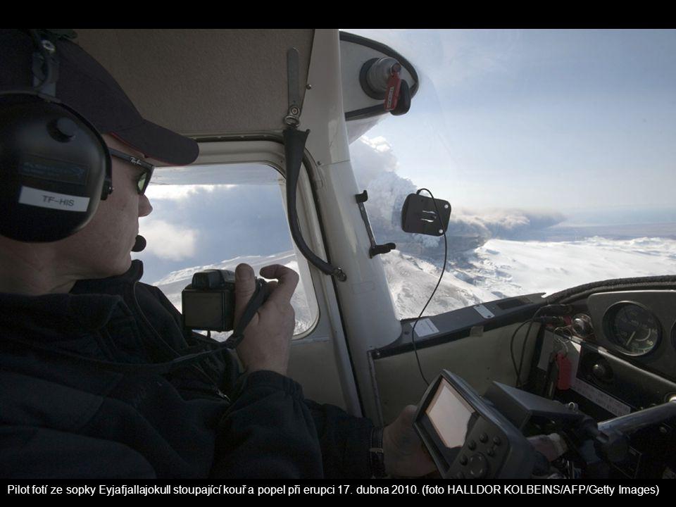 Pilot fotí ze sopky Eyjafjallajokull stoupající kouř a popel při erupci 17. dubna 2010. (foto HALLDOR KOLBEINS/AFP/Getty Images)