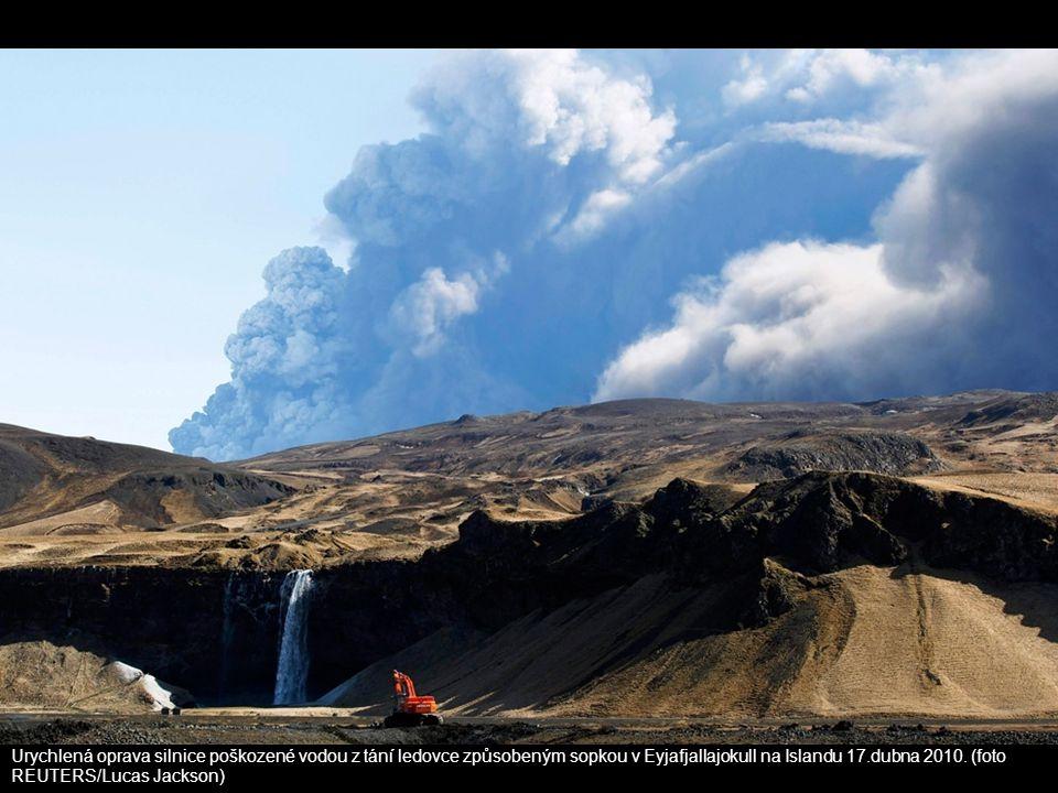 Urychlená oprava silnice poškozené vodou z tání ledovce způsobeným sopkou v Eyjafjallajokull na Islandu 17.dubna 2010. (foto REUTERS/Lucas Jackson)
