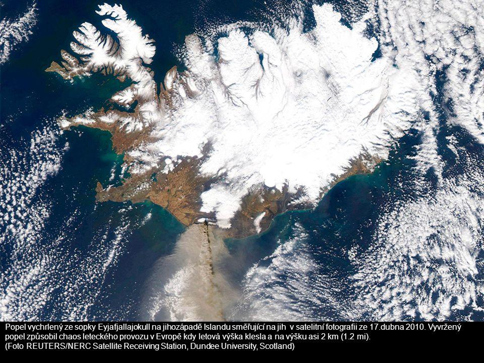Popel vychrlený ze sopky Eyjafjallajokull na jihozápadě Islandu směřující na jih v satelitní fotografii ze 17.dubna 2010. Vyvržený popel způsobil chao
