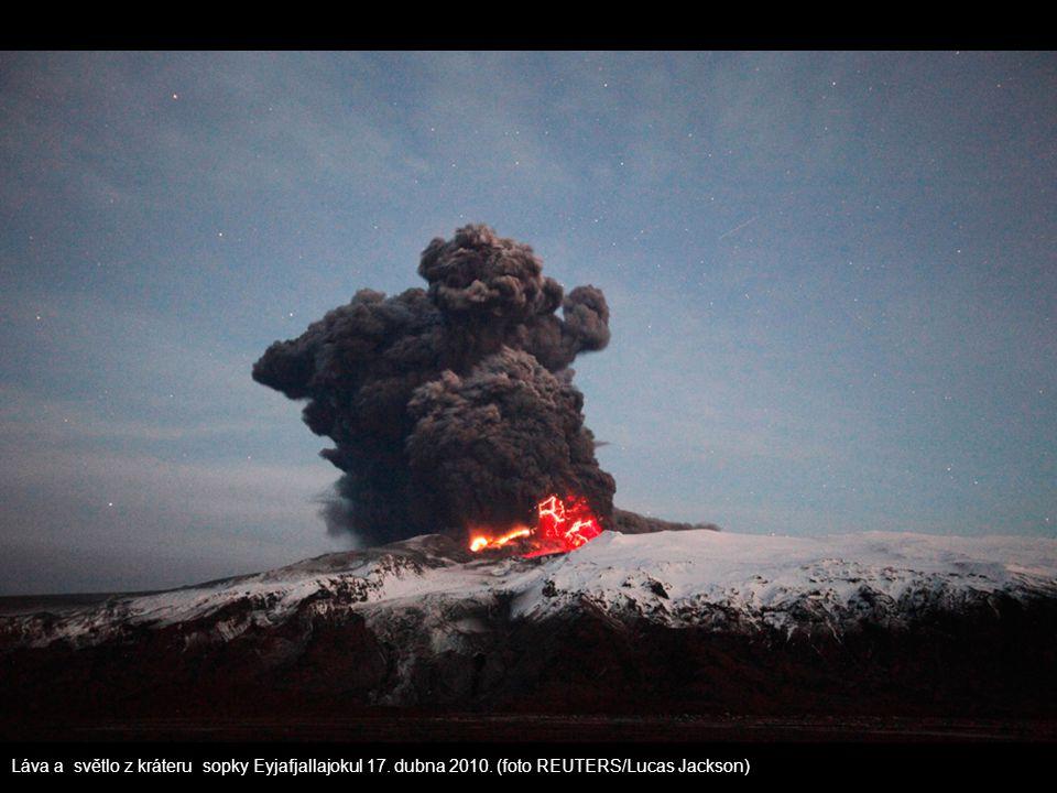Láva a světlo z kráteru sopky Eyjafjallajokul 17. dubna 2010. (foto REUTERS/Lucas Jackson)