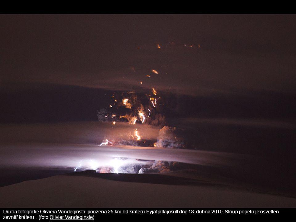 Druhá fotografie Oliviera Vandeginsta, pořízena 25 km od kráteru Eyjafjallajokull dne 18. dubna 2010. Sloup popelu je osvětlen zevnitř kráteru. (foto