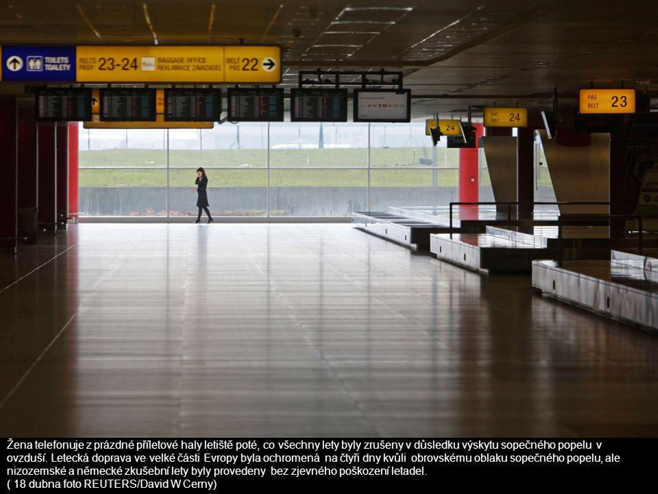 Žena telefonuje z prázdné příletové haly letiště poté, co všechny lety byly zrušeny v důsledku výskytu sopečného popelu v ovzduší. Letecká doprava ve