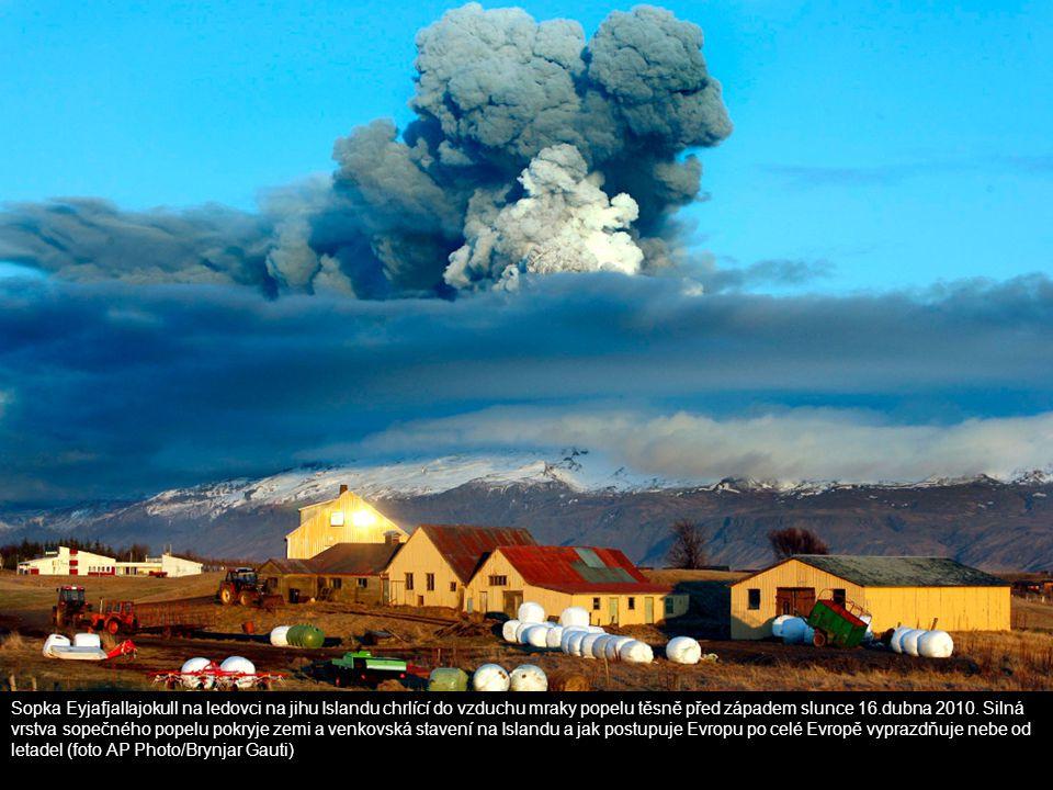 Sopka Eyjafjallajokull na ledovci na jihu Islandu chrlící do vzduchu mraky popelu těsně před západem slunce 16.dubna 2010. Silná vrstva sopečného pope