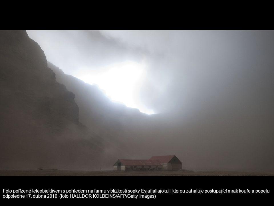 Foto pořízené teleobjektivem s pohledem na farmu v blízkosti sopky Eyjafjallajokull, kterou zahaluje postupující mrak kouře a popelu odpoledne 17. dub
