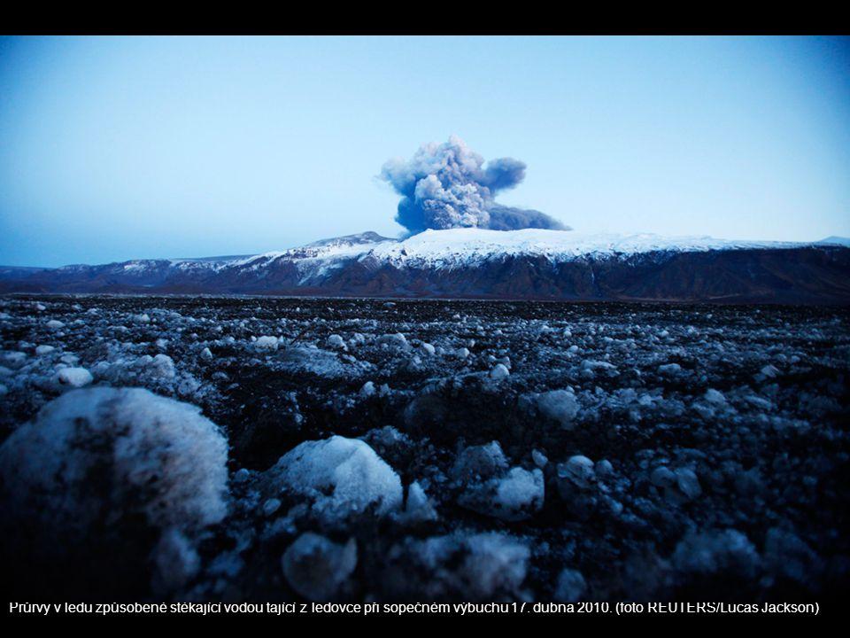 Průrvy v ledu způsobené stékající vodou tající z ledovce při sopečném výbuchu 17. dubna 2010. (foto REUTERS/Lucas Jackson)