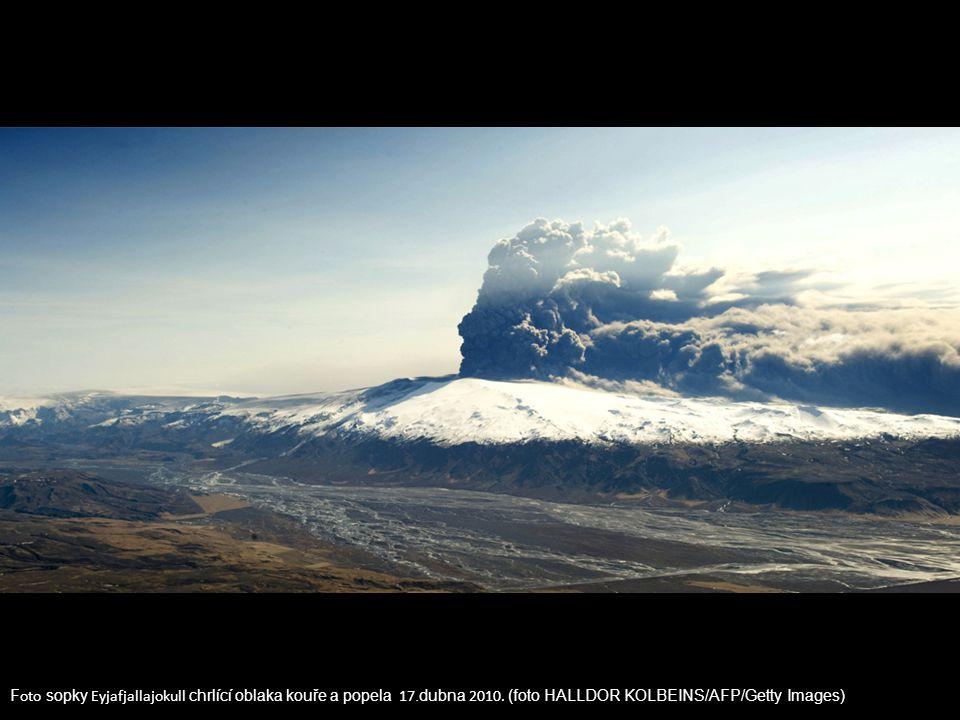 F oto sopky Eyjafjallajokull chrlící oblaka kouře a popela 17.dubna 2010. (foto HALLDOR KOLBEINS/AFP/Getty Images)