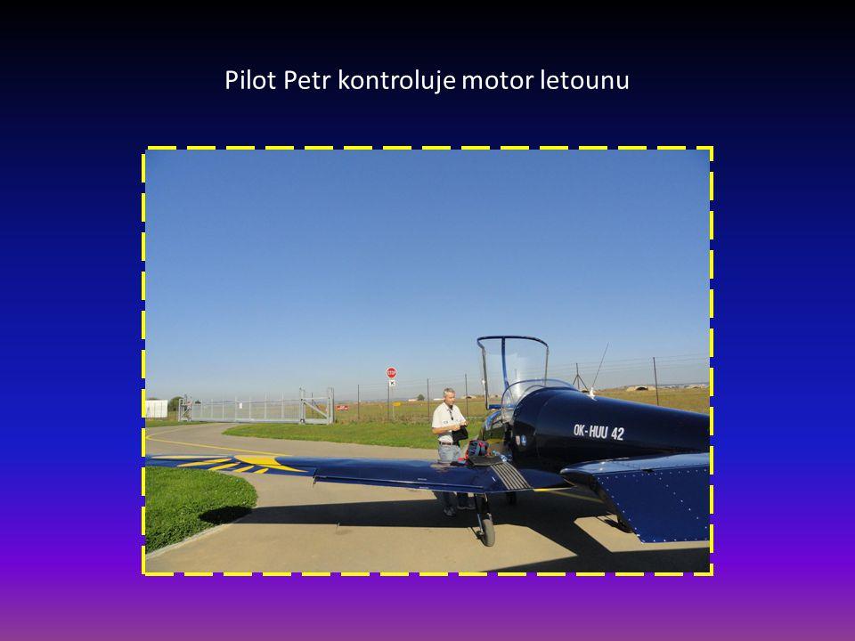 Proudový obchodní-manažerský letoun po opuštění vzletové dráhy letiště