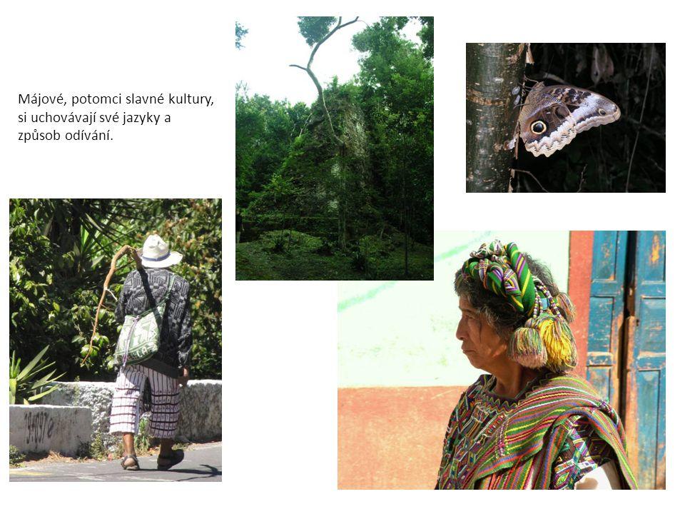 Májové, potomci slavné kultury, si uchovávají své jazyky a způsob odívání.