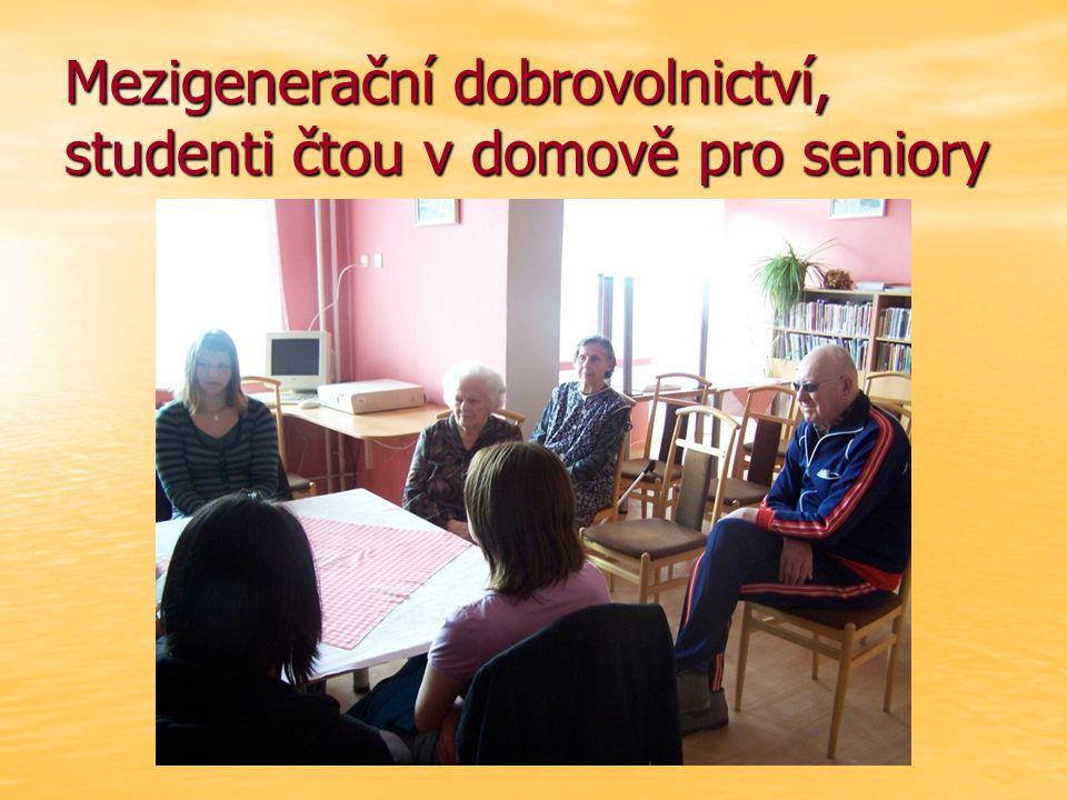 Mezigenerační dobrovolnictví, studenti čtou v domově pro seniory
