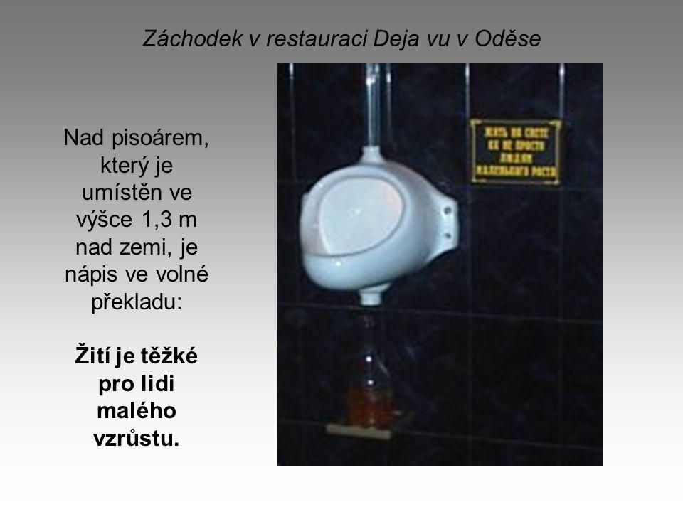 Záchodek v restauraci Deja vu v Oděse Nad pisoárem, který je umístěn ve výšce 1,3 m nad zemi, je nápis ve volné překladu: Žití je těžké pro lidi maléh