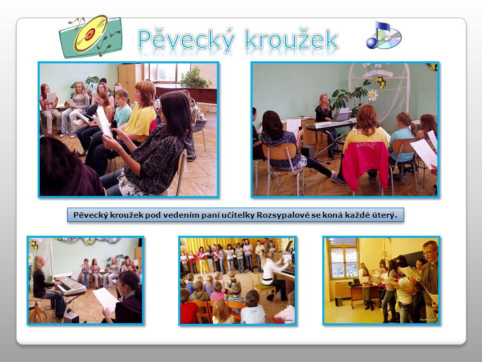 Pěvecký kroužek pod vedením paní učitelky Rozsypalové se koná každé úterý.