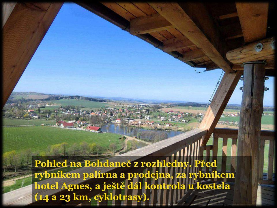 Pohled na Bohdaneč z rozhledny. Před rybníkem palírna a prodejna, za rybníkem hotel Agnes, a ještě dál kontrola u kostela (14 a 23 km, cyklotrasy).