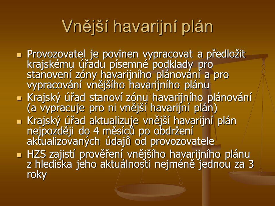 Vnější havarijní plán  Provozovatel je povinen vypracovat a předložit krajskému úřadu písemné podklady pro stanovení zóny havarijního plánování a pro vypracování vnějšího havarijního plánu  Krajský úřad stanoví zónu havarijního plánování (a vypracuje pro ni vnější havarijní plán)  Krajský úřad aktualizuje vnější havarijní plán nejpozději do 4 měsíců po obdržení aktualizovaných údajů od provozovatele  HZS zajistí prověření vnějšího havarijního plánu z hlediska jeho aktuálnosti nejméně jednou za 3 roky