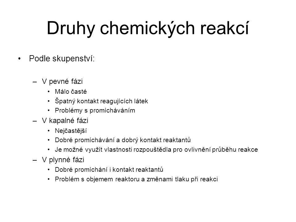 Druhy chemických reakcí •Podle skupenství: –V pevné fázi •Málo časté •Špatný kontakt reagujících látek •Problémy s promícháváním –V kapalné fázi •Nejč