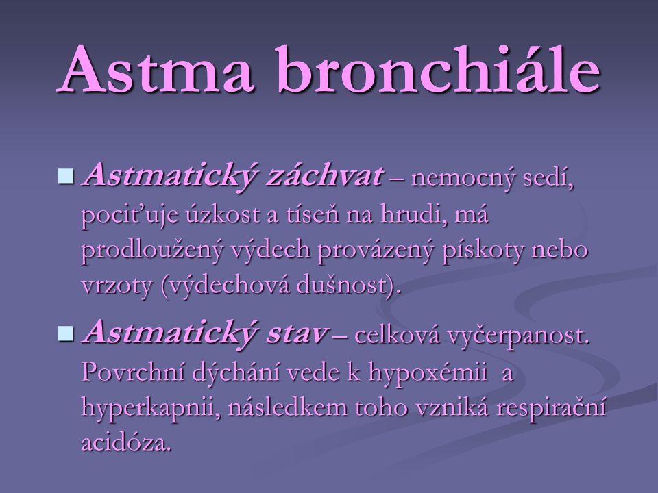 Astma bronchiále  Astmatický záchvat – nemocný sedí, pociťuje úzkost a tíseň na hrudi, má prodloužený výdech provázený pískoty nebo vrzoty (výdechová