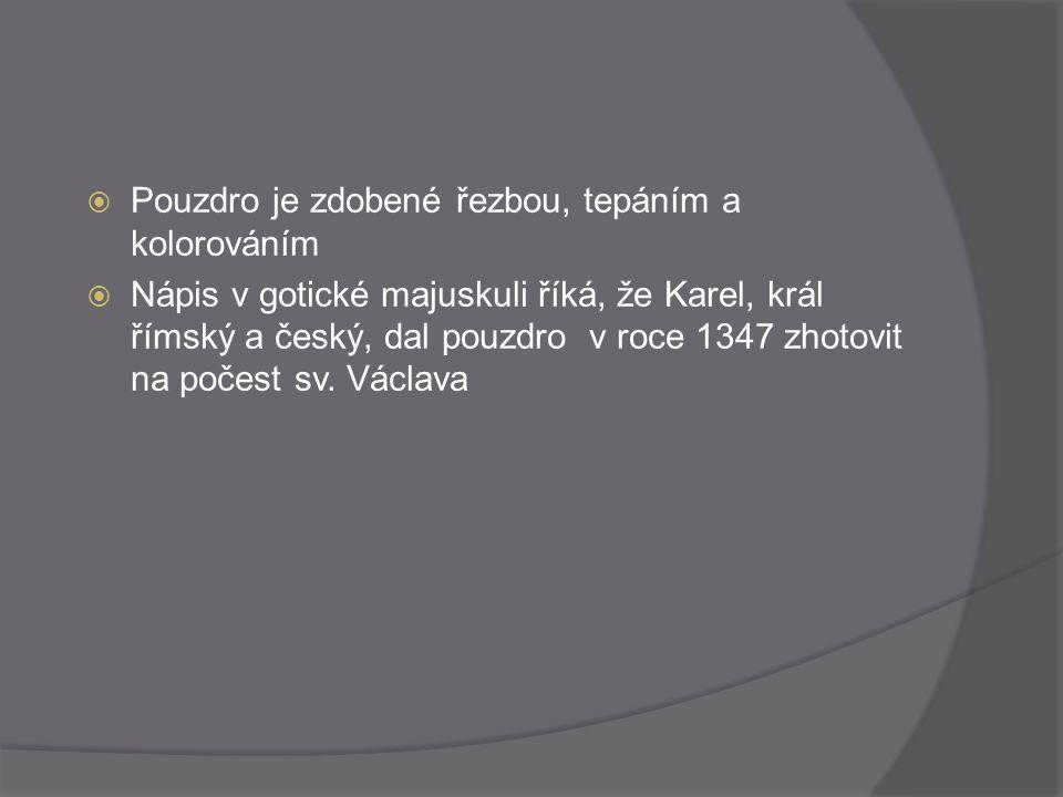  Pouzdro je zdobené řezbou, tepáním a kolorováním  Nápis v gotické majuskuli říká, že Karel, král římský a český, dal pouzdro v roce 1347 zhotovit n