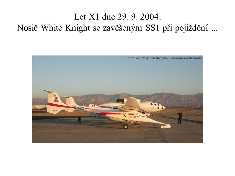 Let X1 dne 29. 9. 2004: Nosič White Knight se zavěšeným SS1 při pojíždění...