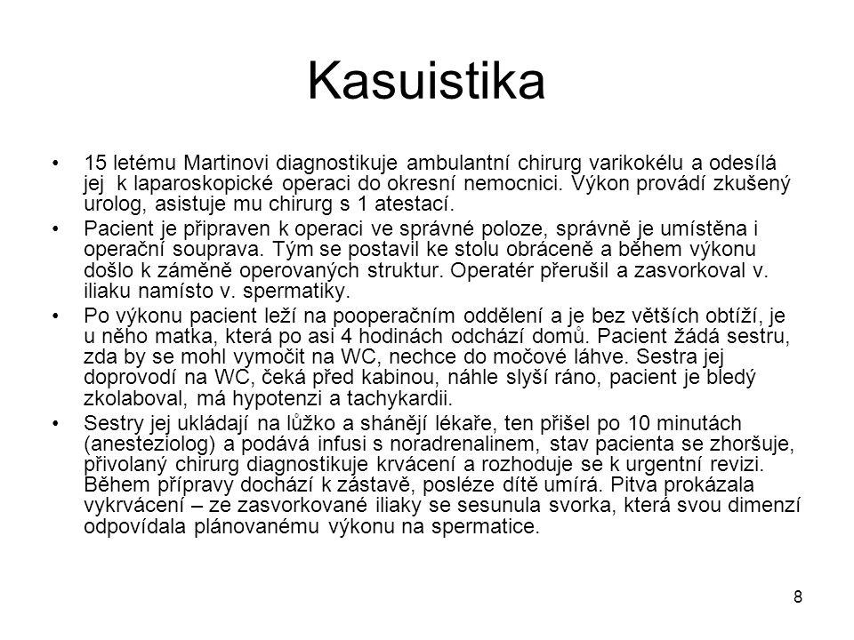 8 Kasuistika •15 letému Martinovi diagnostikuje ambulantní chirurg varikokélu a odesílá jej k laparoskopické operaci do okresní nemocnici. Výkon prová
