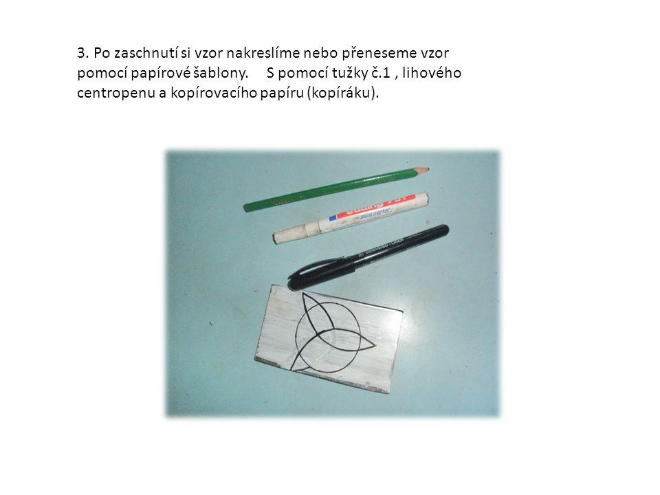 3. Po zaschnutí si vzor nakreslíme nebo přeneseme vzor pomocí papírové šablony. S pomocí tužky č.1, lihového centropenu a kopírovacího papíru (kopírák