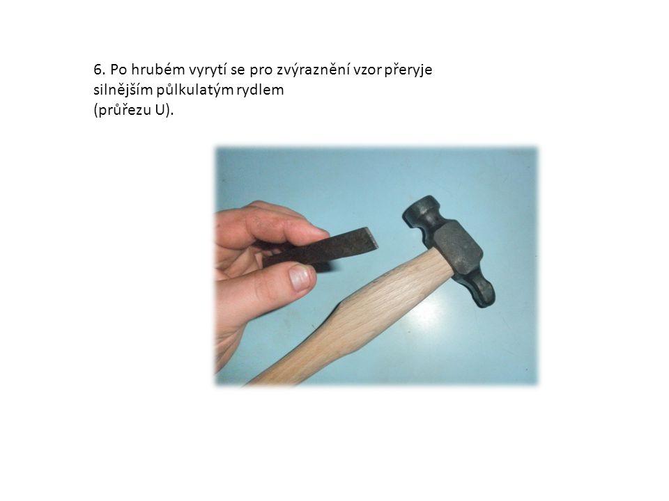 6. Po hrubém vyrytí se pro zvýraznění vzor přeryje silnějším půlkulatým rydlem (průřezu U).