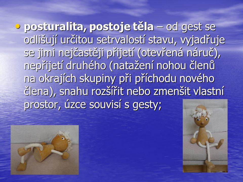 • posturalita, postoje těla – od gest se odlišují určitou setrvalostí stavu, vyjadřuje se jimi nejčastěji přijetí (otevřená náruč), nepřijetí druhého