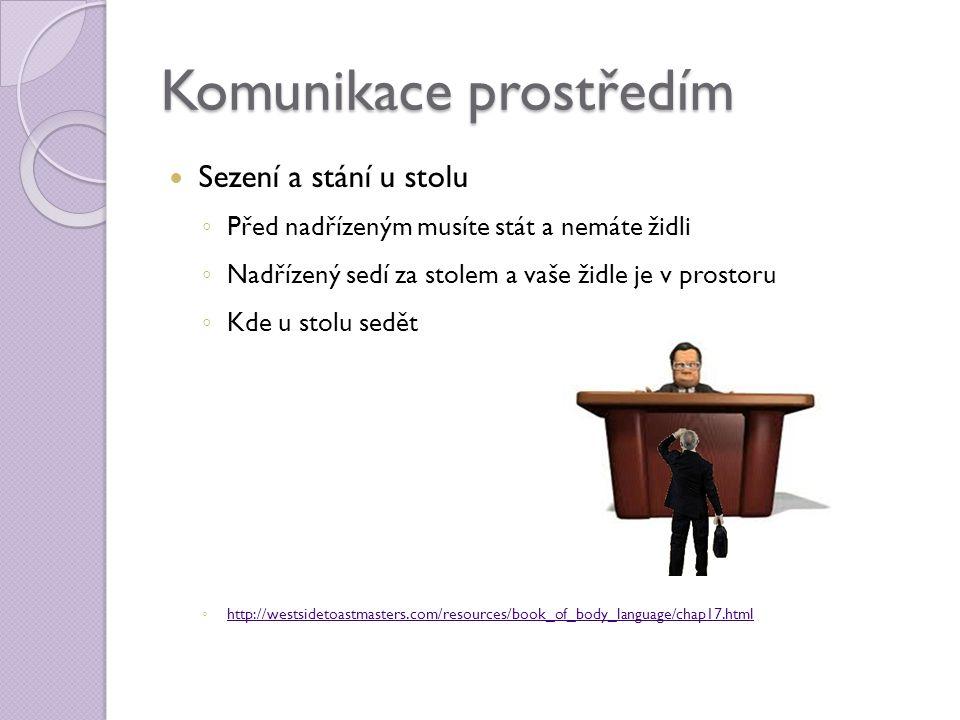 Komunikace prostředím  Sezení a stání u stolu ◦ Před nadřízeným musíte stát a nemáte židli ◦ Nadřízený sedí za stolem a vaše židle je v prostoru ◦ Kd