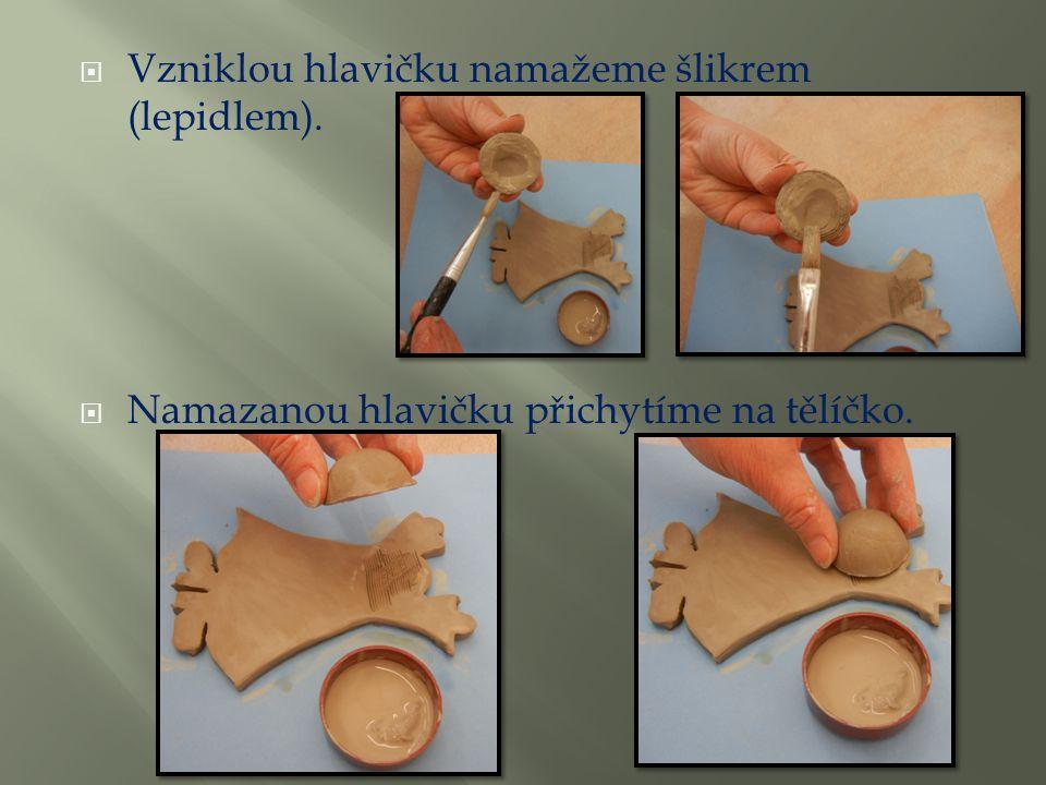  Vzniklou hlavičku namažeme šlikrem (lepidlem).  Namazanou hlavičku přichytíme na tělíčko.