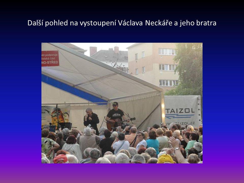 Za velkého potlesku na závěr vystupuje Václav Neckář