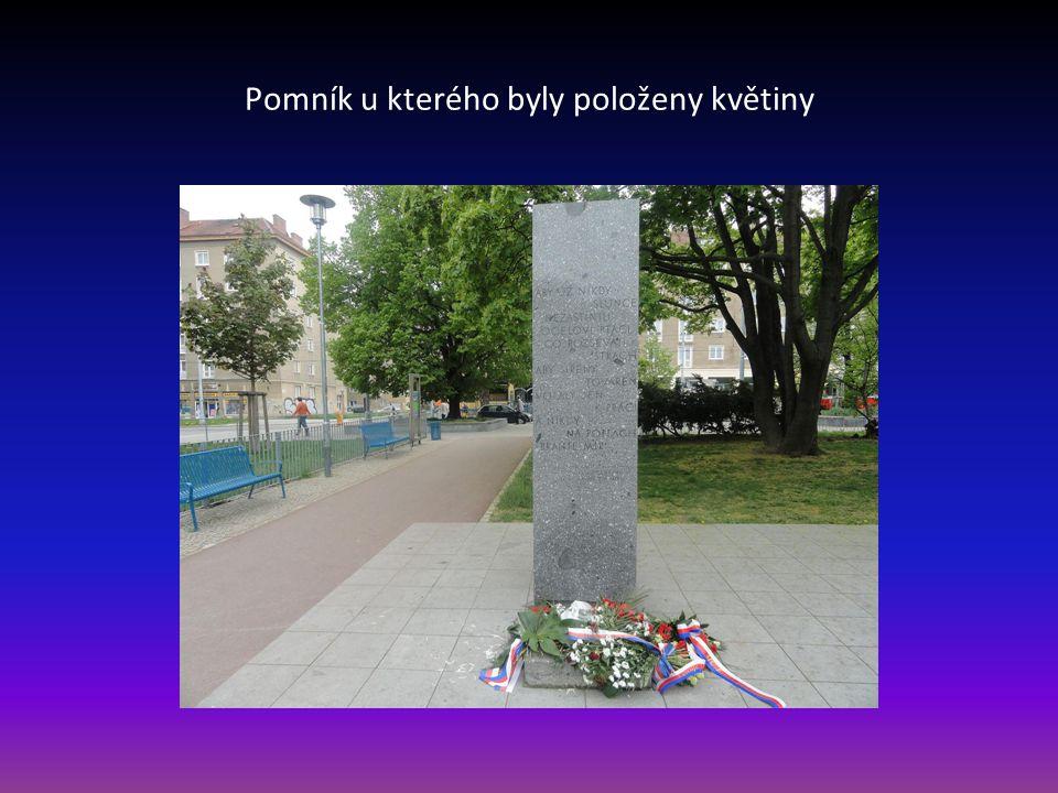 Pomník u kterého byly položeny květiny