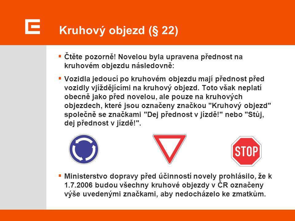 Kruhový objezd (§ 22)  Čtěte pozorně! Novelou byla upravena přednost na kruhovém objezdu následovně:  Vozidla jedoucí po kruhovém objezdu mají předn