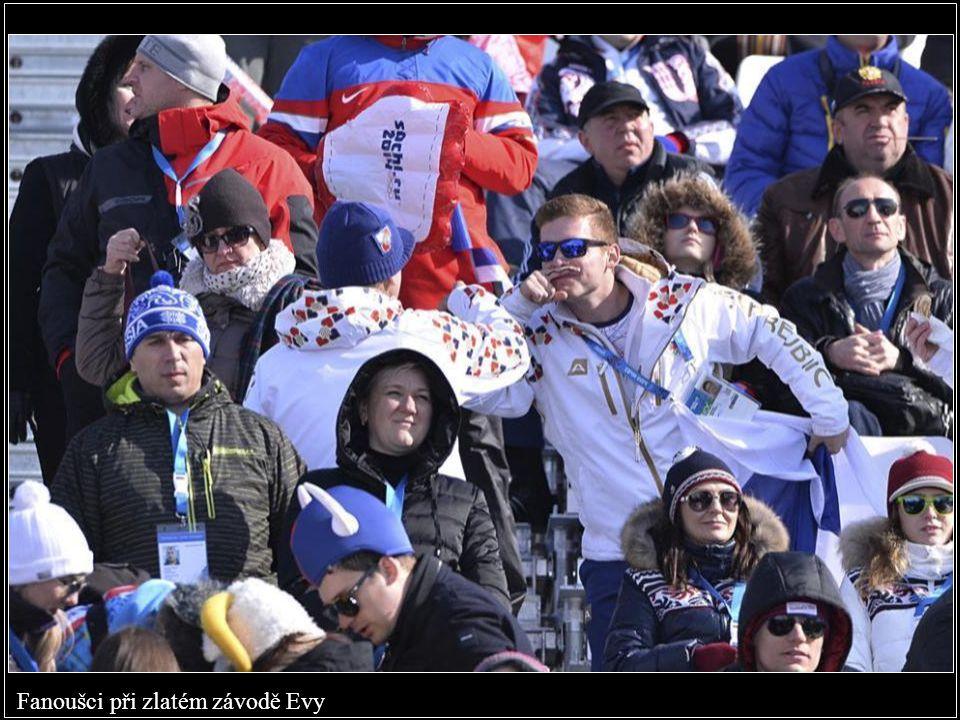 Nejlepší závodnice finále snowboardcrossu, uprostřed přijímá gratulace zlatá Eva