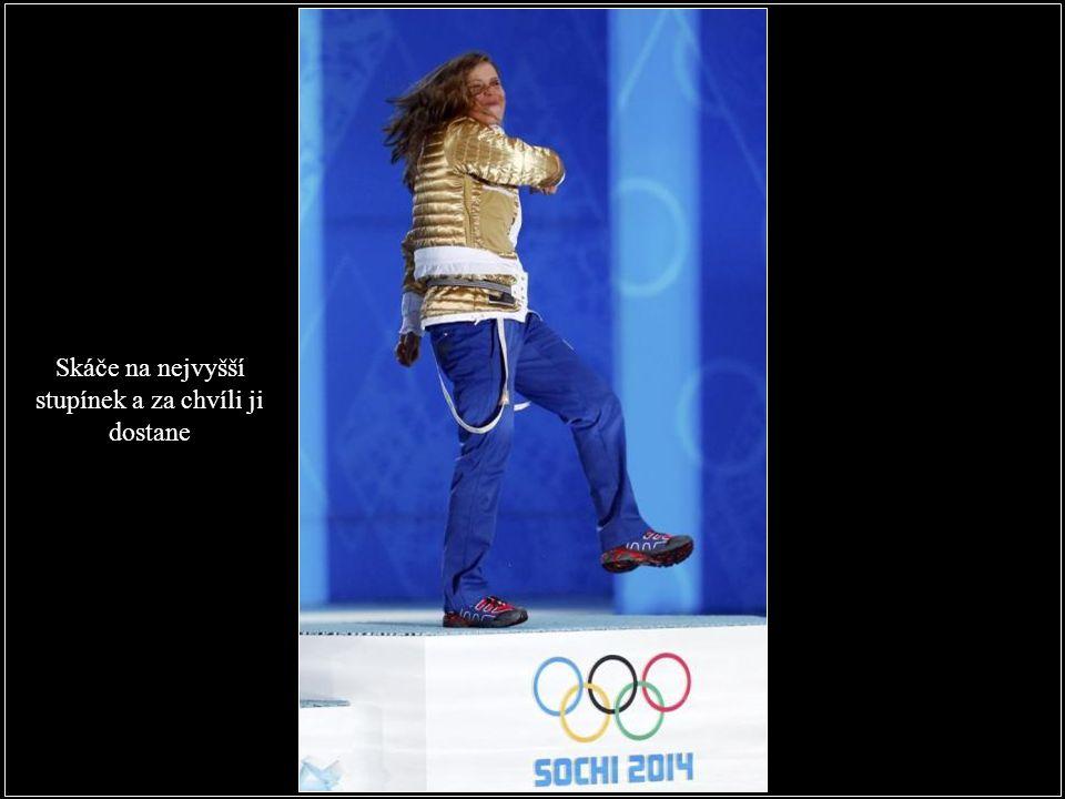 Česká dračice si jde při medailovém ceremoniálu pro zlatou medaili s bundou naruby