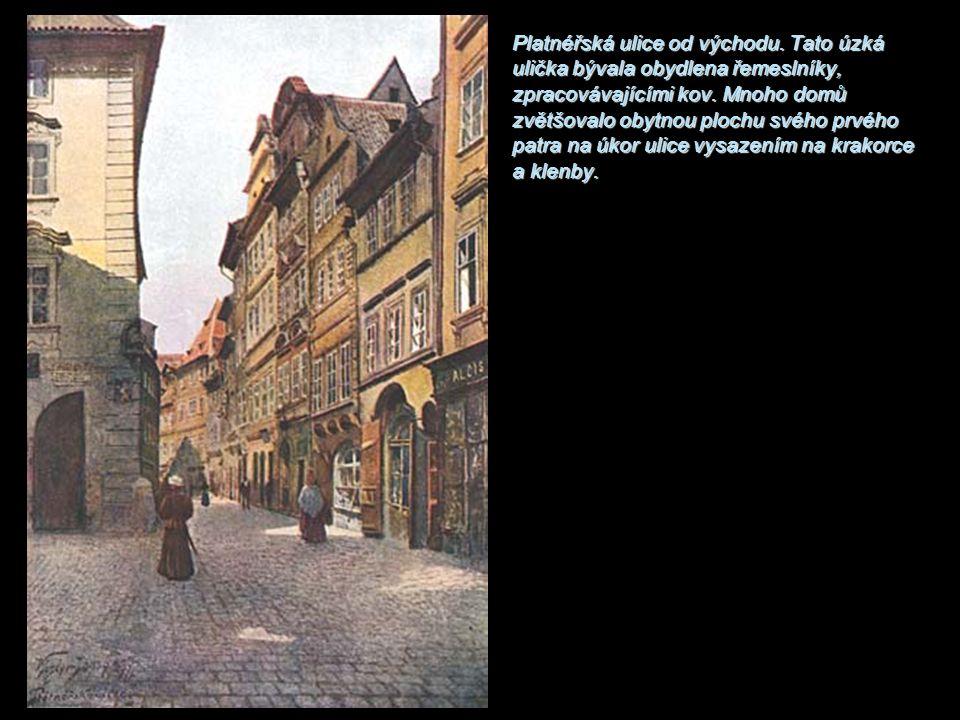Platnéřská ulice od východu. Tato úzká ulička bývala obydlena řemeslníky, zpracovávajícími kov. Mnoho domů zvětšovalo obytnou plochu svého prvého patr