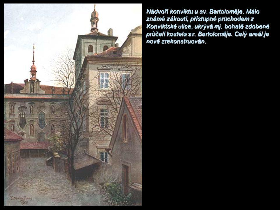 Nádvoří konviktu u sv. Bartoloměje. Málo známé zákoutí, přístupné průchodem z Konviktské ulice, ukrývá mj. bohatě zdobené průčelí kostela sv. Bartolom