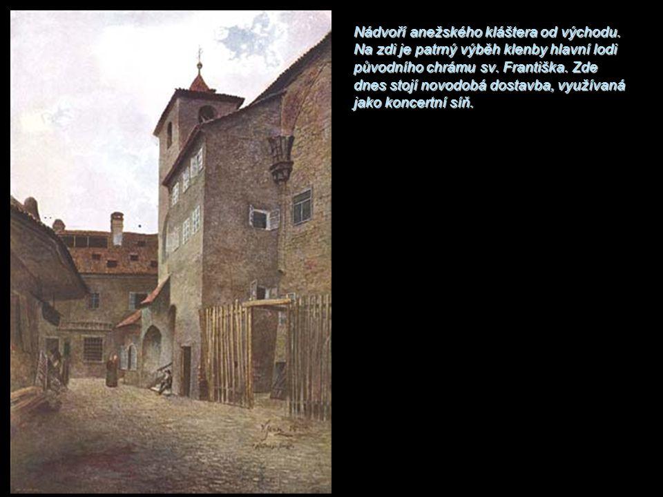 Nádvoří anežského kláštera od východu. Na zdi je patrný výběh klenby hlavní lodi původního chrámu sv. Františka. Zde dnes stojí novodobá dostavba, vyu